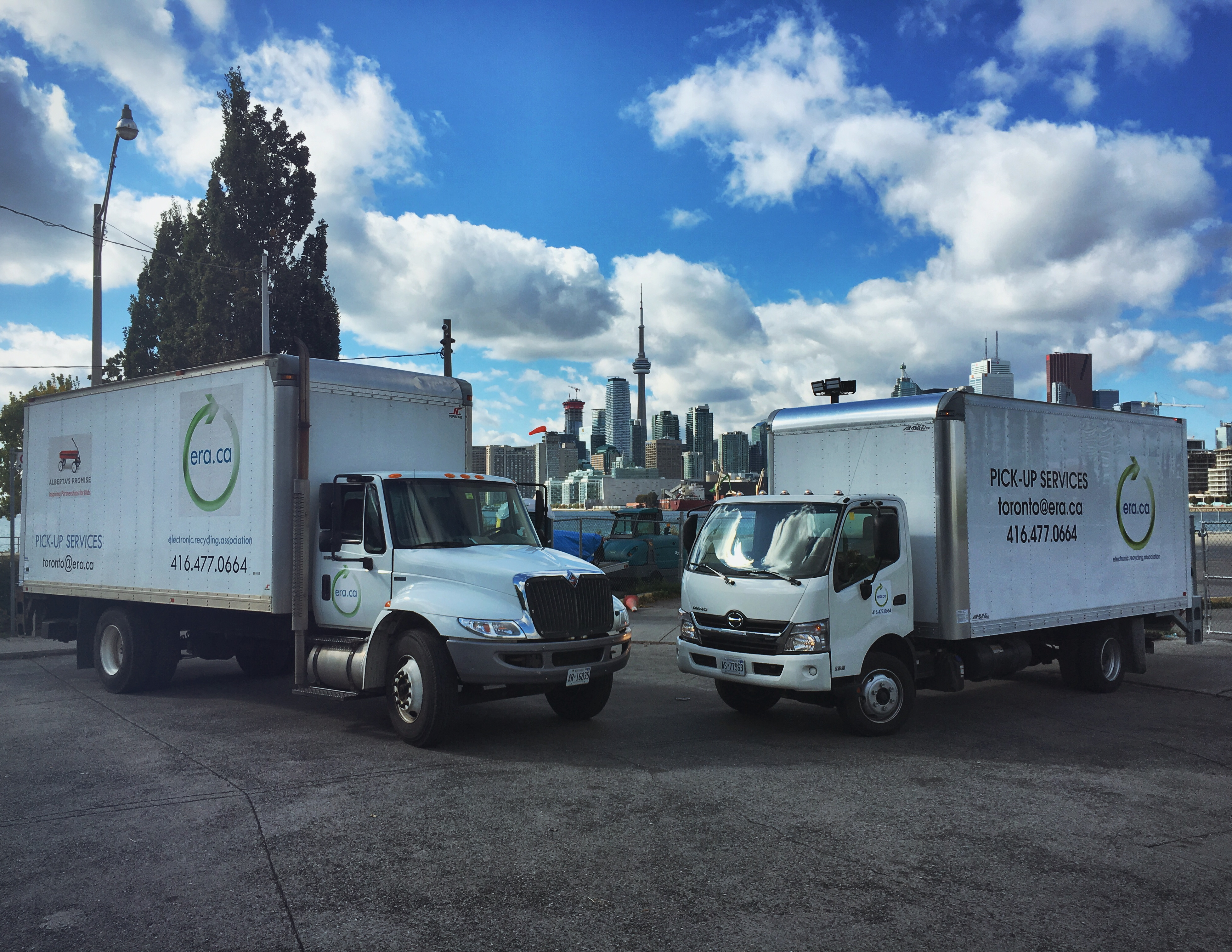 Camion de ramassage de l\'Association de Recyclage Électronique garé dans un parking avec le centre-ville de Toronto en arrière-plan